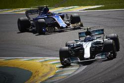 Valtteri Bottas, Mercedes AMG F1 W08, Pascal Wehrlein, Sauber C36