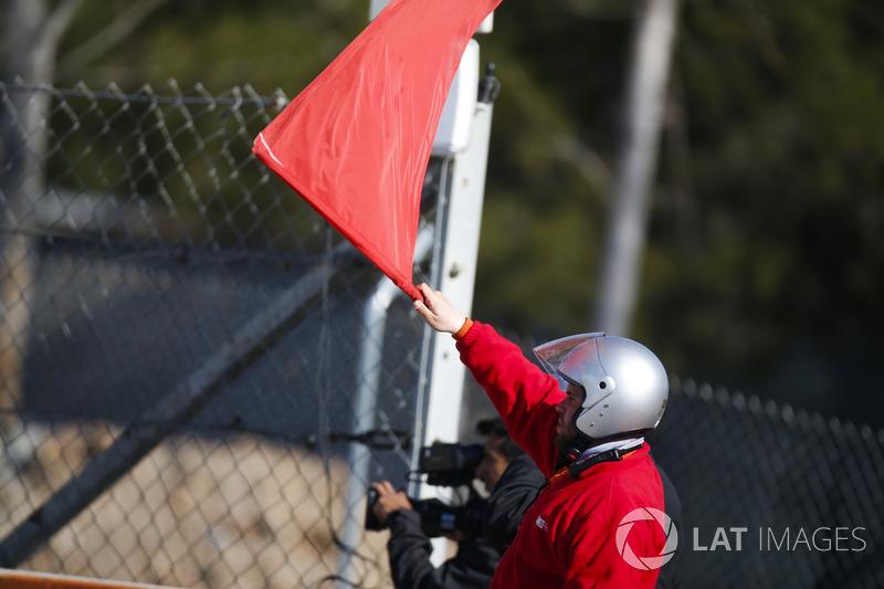 Oficiales con banderas rojas