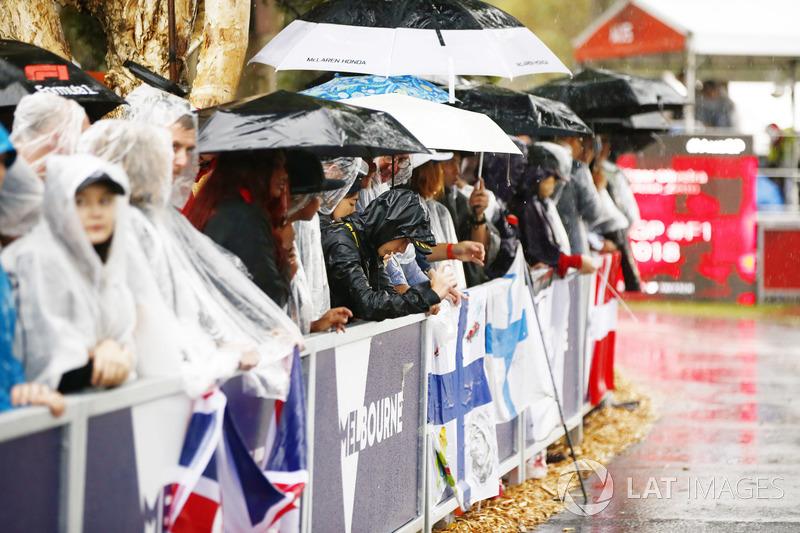 Fans sabar menunggu di kondisi hujan