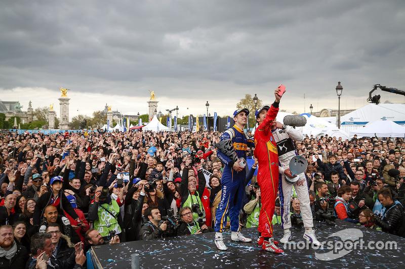 Podium: Selfie der Sieger, 1. Lucas di Grassi, ABT Schaeffler Audi Sport; 2. Jean-Eric Vergne, DS Virgin Racing; 3. Sébastien Buemi, Renault e.Dams