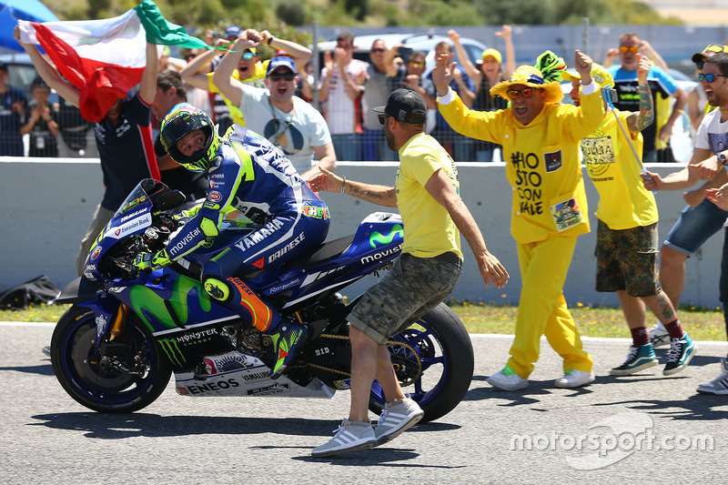 Winner Valentino Rossi, Yamaha Factory Racing with fans