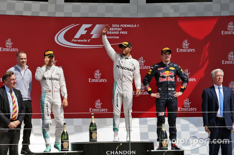Il podio (da sx a dx): Nico Rosberg, Mercedes AMG F1, secondo; Lewis Hamilton, Mercedes AMG F1, vincitore della gara; Max Verstappen, Red Bull Racing, terzo