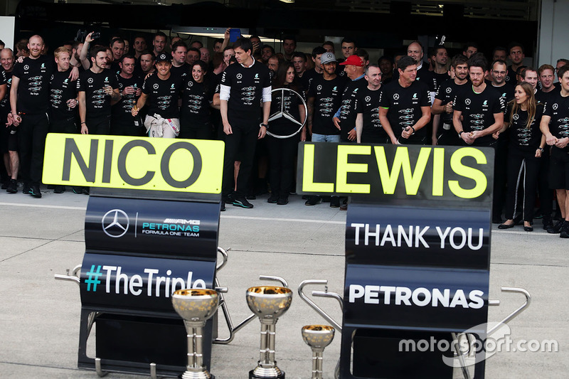 Nico Rosberg, Mercedes AMG F1 and team mate Lewis Hamilton, Mercedes AMG F1 celebrate the Constructors' title with Niki Lauda, Mercedes Non-Executive Chairman; Toto Wolff, Mercedes AMG F1 Shareholder and Executive Director; and the team