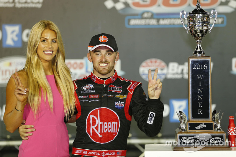 Il vincitore della gara Austin Dillon, Richard Childress Racing Chevrolet con la fidanzata Whitney W