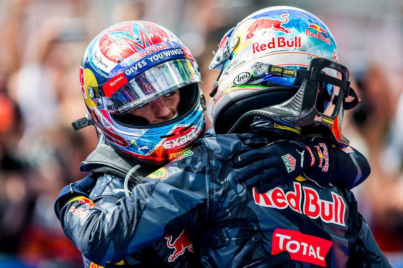 Второе место - Даниэль Риккардо, Red Bull Racing и третье место - Макс Ферстаппен, Red Bull Racing в закрытом парке