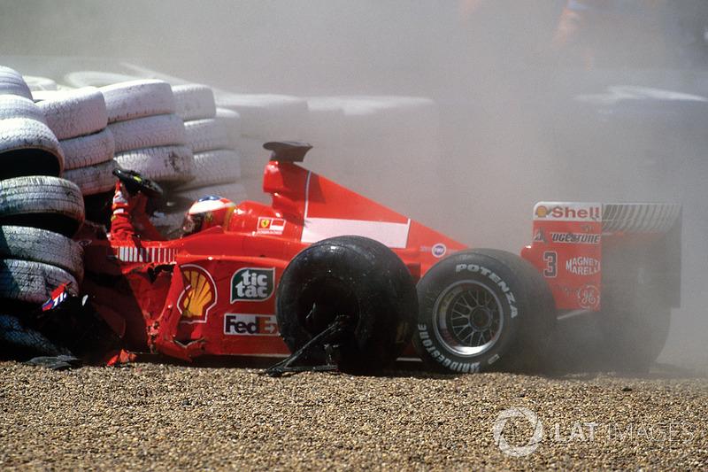 ...pasando a través de la trampa de grava, el Ferrari de Michael se incrustó en la barrera de neumáticos...
