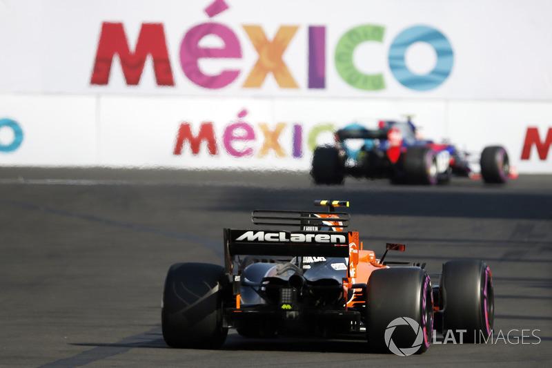 Stoffel Vandoorne, McLaren MCL32 y el auto de Pierre Gasly, Scuderia Toro Rosso STR12