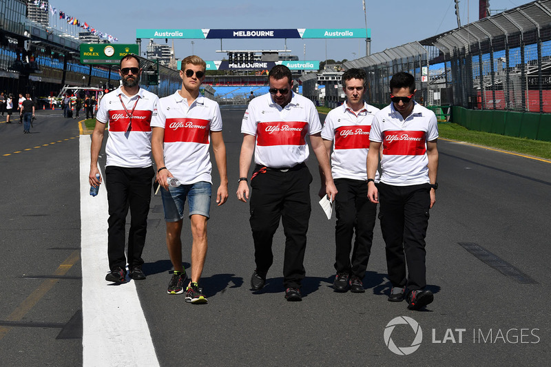 Marcus Ericsson, Alfa Romeo Sauber F1 Team walks the track with the team