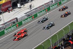 Sebastian Vettel en Kimi Raikkonen, Ferrari SF71H aan de leiding bij de start
