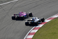 Esteban Ocon, Force India VJM11 and Lance Stroll, Williams FW41 battle