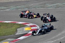 Lewis Hamilton, Mercedes-AMG F1 W09 EQ Power+, Kevin Magnussen, Haas F1 Team VF-18 ve Daniel Ricciardo, Red Bull Racing RB14