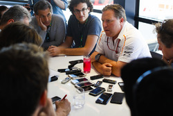 Zak Brown, CEO de McLaren Technology Group, realiza una conferencia de prensa
