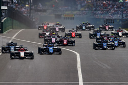 Luca Ghiotto, Campos Racing, lidera aSergio Sette Camara, Carlin, Alexander Albon, DAMS y al resto de los autos
