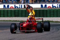 Michael Schumacher, Ferrari lleva sobre su coche a Giancarlo Fisichella, Jordan