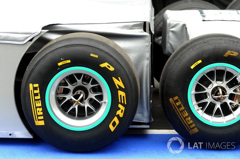 Серию ждало много нового. Это был первый сезон Pirelli в качестве шинного монополиста Формулы 1 – итальянская компания сменила в этой роли Bridgestone. Pirelli тогда взяла на себя непривычную для гонок задачу: создать резину, которая быстро изнашивается