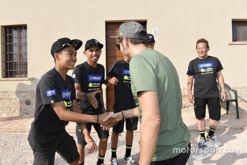 M Faerozi bersalaman dengan Valentino Rossi