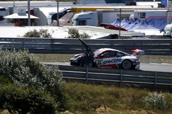 #99 Precote Herberth Motorsport Porsche 911 GT3 R: Robert Renauer, Mathieu Jaminet after crash