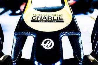 Dettaglio di una delle monoposto del Team Haas F1, con un tributo a Charlie Whiting sul musetto
