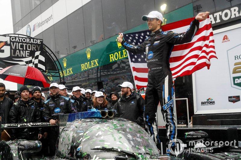#10 Wayne Taylor Racing Cadillac DPi: Renger Van Der Zande, Jordan Taylor, Fernando Alonso, Kamui Kobayashi, festeggiano la vittoria sul podio