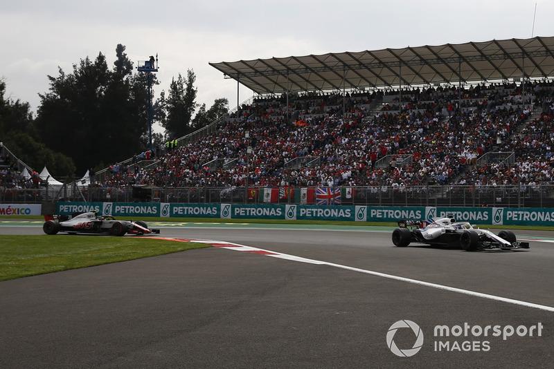 Lance Stroll, Williams FW41 y Kevin Magnussen, Haas F1 Team VF-18