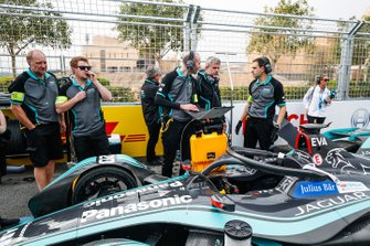 Engineers make the final checks to Mitch Evans car, Panasonic Jaguar Racing, Jaguar I-Type 3