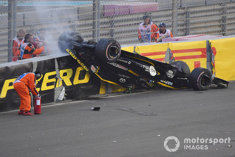 Nico Hulkenberg, Renault Sport F1 Team R.S. 18 upside down after crashing