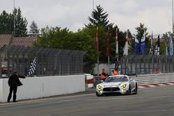Checkerd flag for #4 AMG-Team Black Falcon, Mercedes-AMG GT3: Bernd Schneider, Maro Engel, Adam Christodoulou, Manuel Metzger