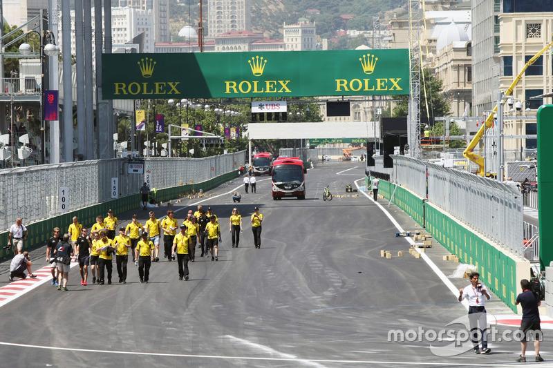 Джоліон Палмер, Renault Sport F1 Team, йде по треку з командою
