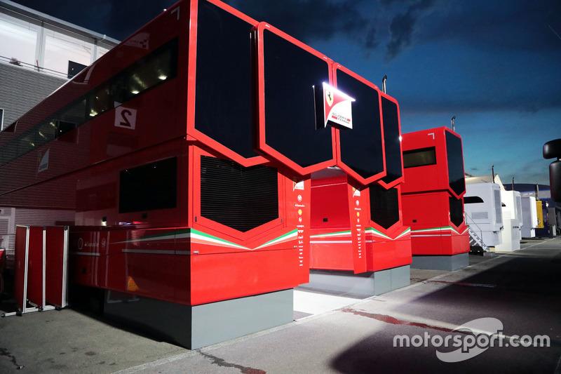 Camion Ferrari nel paddock di notte