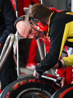 Ferrari-Ingenieur Jock Clear und ein Pirelli-Techniker