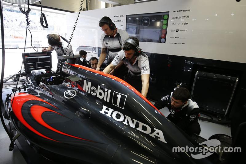 McLaren MP4-31 nel box