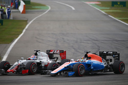 Romain Grosjean, Haas F1 Team VF-16 and Pascal Wehrlein, Manor Racing MRT05 battle for position