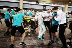 Winnaar Nico Rosberg, Mercedes AMG F1 Team viert met het team