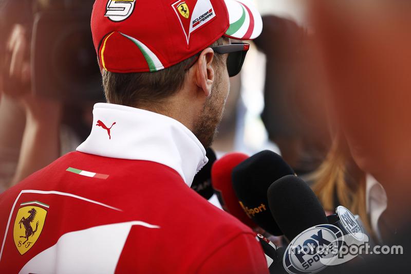 Себастьян Феттель, Ferrari, спілкується зі ЗМІ