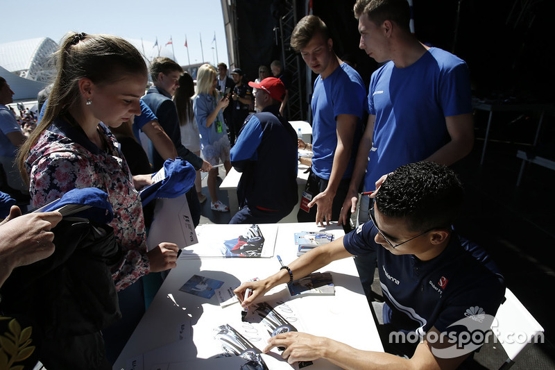 Pascal Wehrlein, Sauber signs autographs for the fans