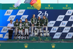 Podium LMP1 : les vainqueurs Timo Bernhard, Earl Bamber, Brendon Hartley, Porsche Team, les deuxièmes, Sébastien Buemi, Anthony Davidson, Kazuki Nakajima, Toyota Gazoo Racing