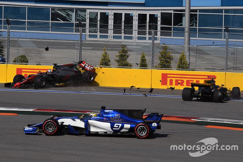 Romain Grosjean, Haas F1 Team VF-17, Jolyon Palmer, Renault Sport F1 Team RS17 crash on lap one