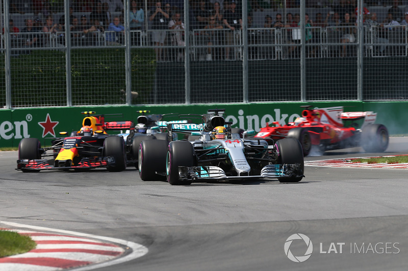 https://cdn-7.motorsport.com/images/mgl/0aRGQok2/s8/f1-canadian-gp-2017-lewis-hamilton-mercedes-benz-f1-w08-leads-at-the-start-of-the-race.jpg
