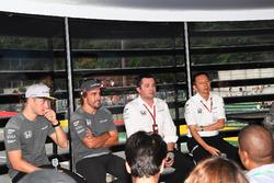 Стоффель Вандорн, Фернандо Алонсо, McLaren, гоночний директор McLaren Ерік Бульє, голова Honda Motorsport Юсуке Хасегава
