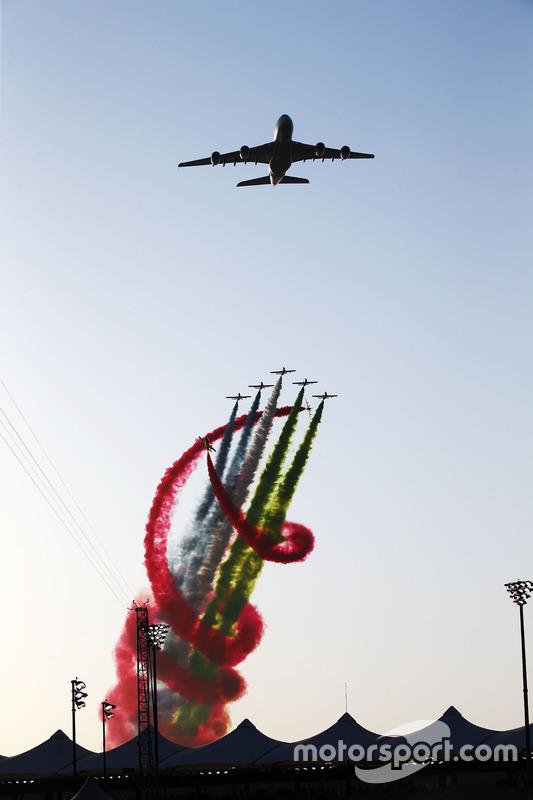 Un avión pasa sobre el circuito