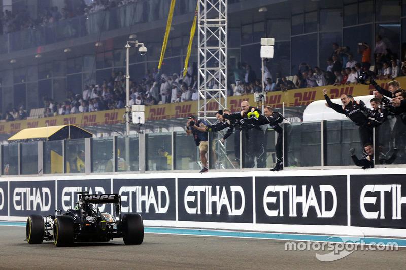 Nico Hulkenberg, Sahara Force India F1 VJM09 pasa por el equipo en el final de la carrera en cuarta
