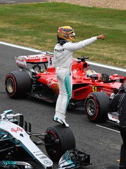 Temporada 2017 F1-british-gp-2017-pole-sitter-lewis-hamilton-mercedes-benz-f1-w08-celebrates-in-parc-ferm