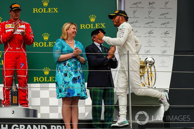 Ganador de la carrera Lewis Hamilton, Mercedes AMG F1 llega al podio