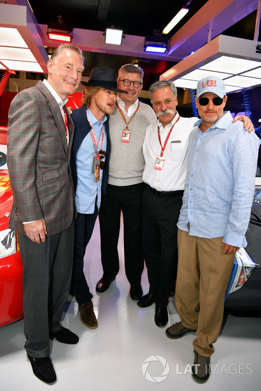 Sean Bratches, Formula One director comercial,, Owen Wilson, ACtor, Ross Brawn, Formula One Director de Motorsports, Chase Carey, Director Ejecutivo y Presidente Ejecutivo de la Formula One Group y Woody Harrelson, Actor en el garaje de cars 3