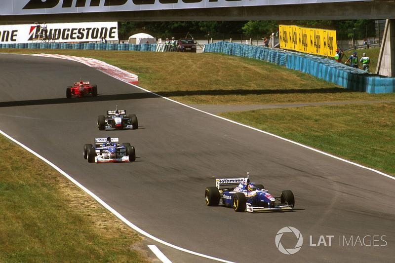 Jacques Villeneuve, Williams Renault, Damon Hill, Arrows A18 Yamaha, Mika Hakkinen, McLaren MP4/12 Mercedes y Eddie Irvine, Ferrari F310B