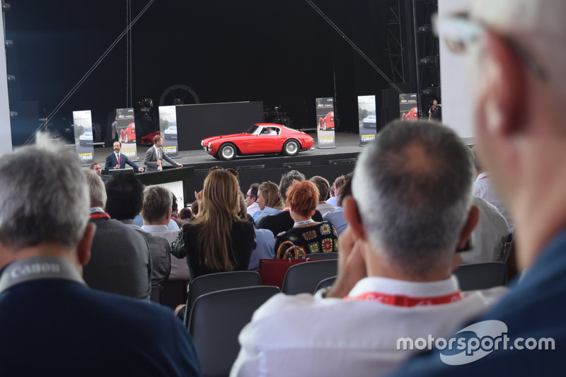 """Історичний Ferrari на благодійному аукціоні """"Зберегти дітей"""""""