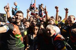 Felix Rosenqvist, Mahindra Racing, celebra con el equipo
