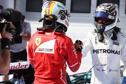 Valtteri Bottas, Mercedes AMG F1, felicita al ganador Sebastian Vettel, Ferrari, en parc ferme