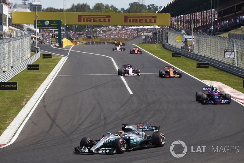Lewis Hamilton, Mercedes AMG F1 W08, Carlos Sainz Jr., Scuderia Toro Rosso STR12, Fernando Alonso, McLaren MCL32