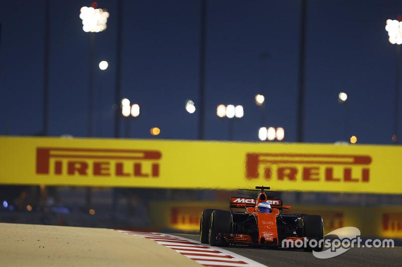 """Alonso foi bem enfático no GP do Bahrein: """"Os outros carros entram na reta 300 metros atrás de mim e me passam. Nunca corri com tão pouca potência na vida."""""""